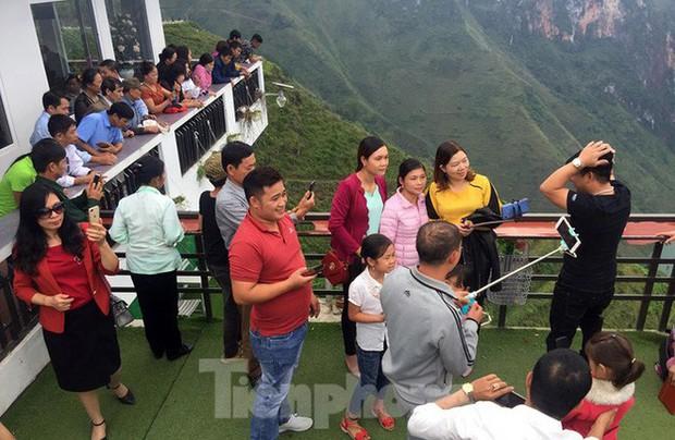 Hàng ngàn du khách check in ở Panorama Mã Pì Lèng giữa lúc đình chỉ hoạt động - Ảnh 6.