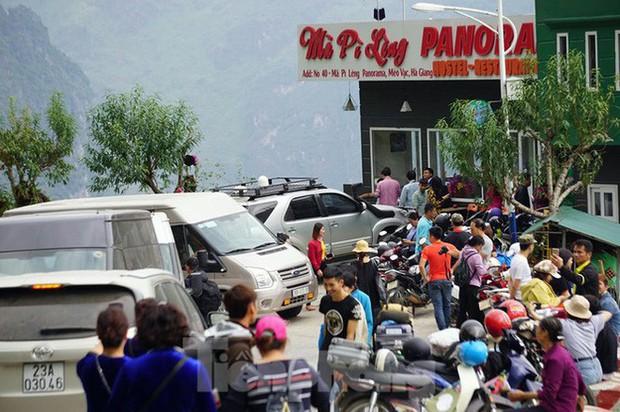 Hàng ngàn du khách check in ở Panorama Mã Pì Lèng giữa lúc đình chỉ hoạt động - Ảnh 9.