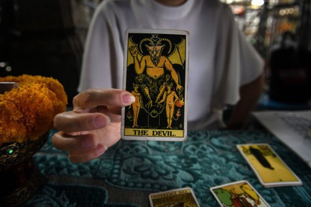 Bị bạn gái dùng bài Tarot bắt thóp chuyện ngoại tình, người đàn ông quay sang hành hung dã man người yêu - Ảnh 2.