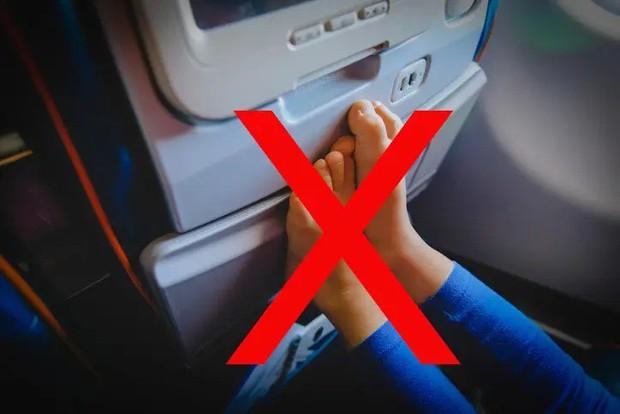 """11 nguyên tắc vàng khi đi máy bay bất kể ai cũng phải biết để không trở thành """"cái gai"""" trong mắt người khác - Ảnh 3."""