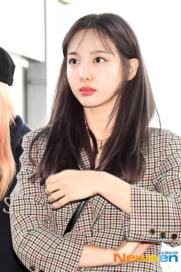 TWICE và Somi đụng độ tại sân bay: Nhan sắc dàn mỹ nhân nhà JYP lên hương, Somi gây chú ý vì được bố tài tử hộ tống - Ảnh 1.