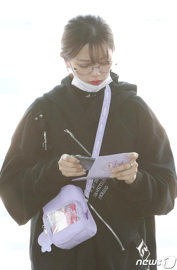 TWICE và Somi đụng độ tại sân bay: Nhan sắc dàn mỹ nhân nhà JYP lên hương, Somi gây chú ý vì được bố tài tử hộ tống - Ảnh 11.