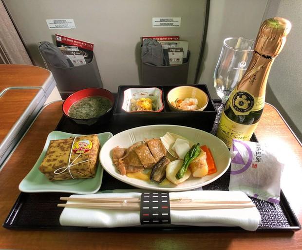 Suất ăn hạng nhất của 15 hãng hàng không này sẽ làm thay đổi quan niệm của bạn về chuyện ăn uống trên máy bay - Ảnh 36.