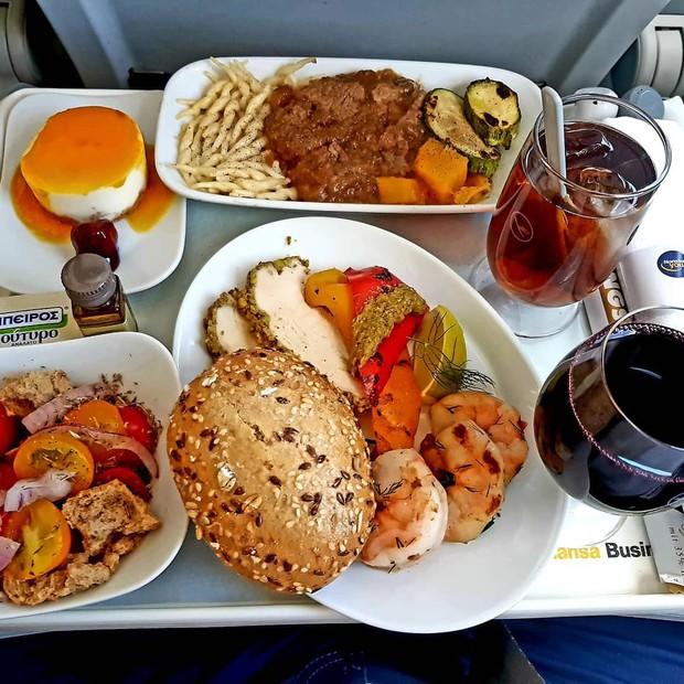 Suất ăn hạng nhất của 15 hãng hàng không này sẽ làm thay đổi quan niệm của bạn về chuyện ăn uống trên máy bay - Ảnh 41.