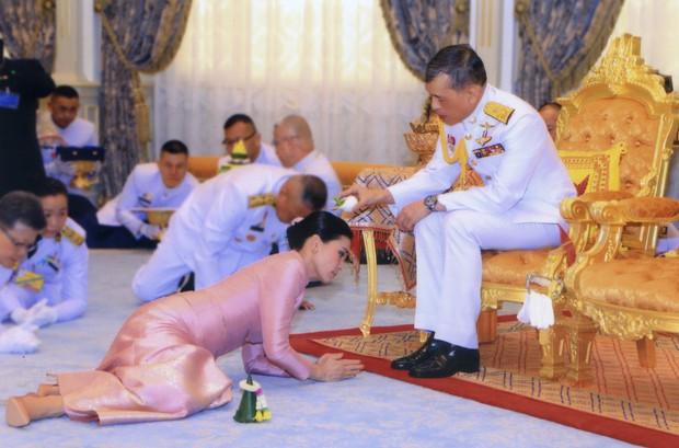 Hoàng hậu và Hoàng quý phi Thái Lan: Xuất phát điểm tương đồng, cùng mục tiêu nhưng người về đỉnh cao, người về vực sâu trong cuộc cung đấu - Ảnh 2.