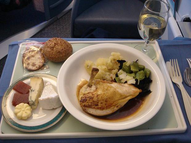 Suất ăn hạng nhất của 15 hãng hàng không này sẽ làm thay đổi quan niệm của bạn về chuyện ăn uống trên máy bay - Ảnh 2.