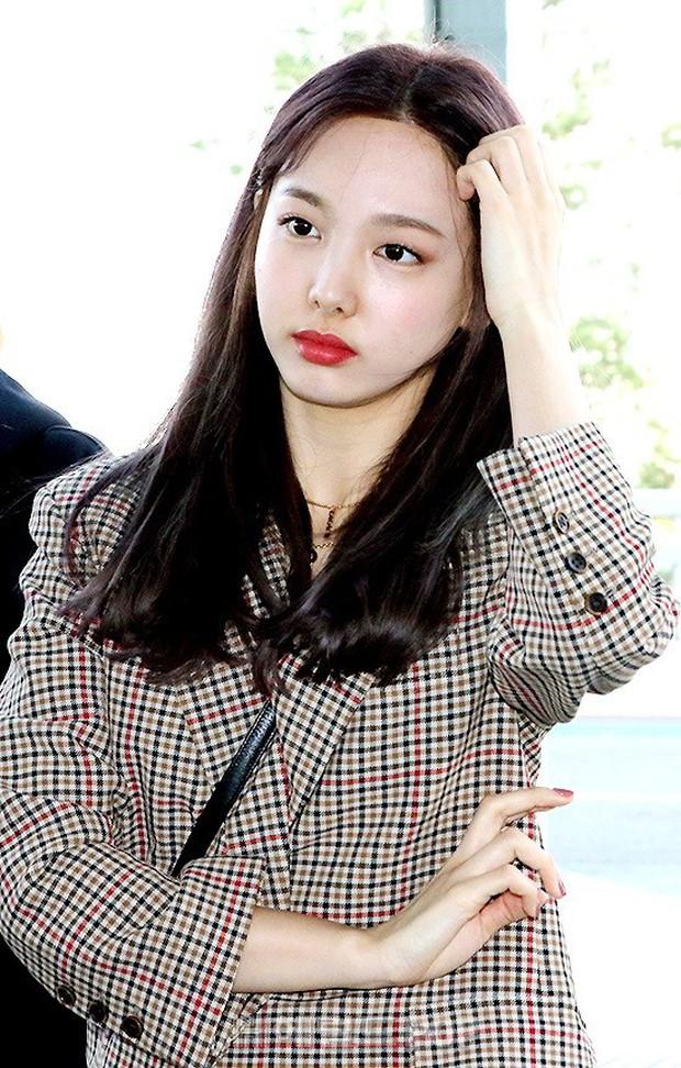 TWICE và Somi đụng độ tại sân bay: Nhan sắc dàn mỹ nhân nhà JYP lên hương, Somi gây chú ý vì được bố tài tử hộ tống - Ảnh 2.