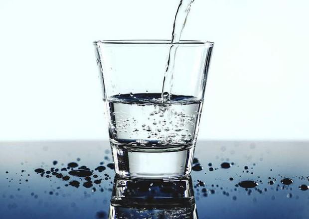 Ôi thật hết hồn: Nhà hàng phục vụ nước uống được tái chế từ bồn cầu khiến thực khách hãi hùng - Ảnh 2.