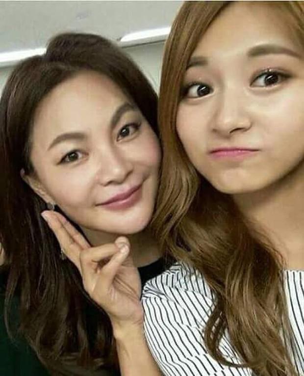 11 idol Kpop là bản sao của bố mẹ: Cha con nhà V (BTS) quá đỉnh, mẹ của mỹ nhân TWICE gây bão vì ảnh hồi trẻ - Ảnh 9.