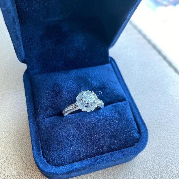 Bạn gái Duy Mạnh khoe nhẫn kim cương to vật vã, đon đả rep comment hứa mời cưới bạn bè: Sắp có happy ending rồi? - Ảnh 2.
