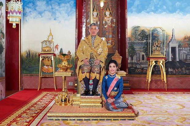 Hoàng hậu Thái Lan lần đầu xuất hiện sau khi Hoàng quý phi bị phế truất, tươi cười rạng rỡ bên Quốc vương trong sự kiện mới nhất - Ảnh 4.