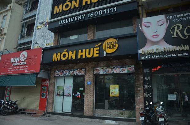 Sau Sài Gòn, hàng loạt cửa hàng món Huế ở Hà Nội đóng cửa không rõ lý do, công nhân bắt đầu tháo dỡ biển hiệu - Ảnh 4.