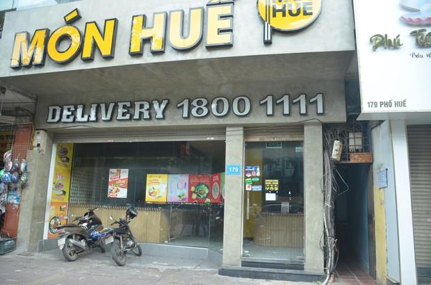 Sau Sài Gòn, hàng loạt cửa hàng món Huế ở Hà Nội đóng cửa không rõ lý do, công nhân bắt đầu tháo dỡ biển hiệu - Ảnh 3.