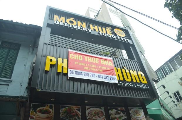 Sau Sài Gòn, hàng loạt cửa hàng món Huế ở Hà Nội đóng cửa không rõ lý do, công nhân bắt đầu tháo dỡ biển hiệu - Ảnh 2.