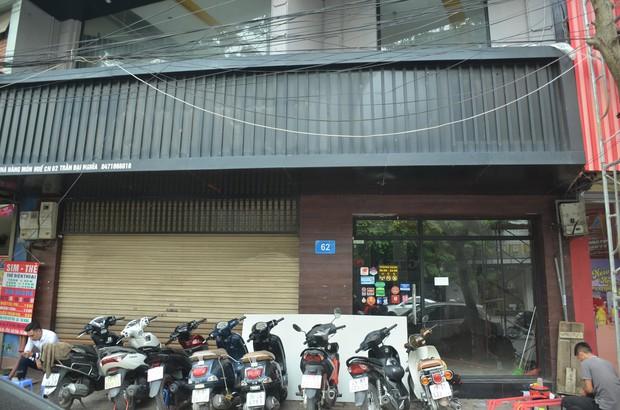 Sau Sài Gòn, hàng loạt cửa hàng món Huế ở Hà Nội đóng cửa không rõ lý do, công nhân bắt đầu tháo dỡ biển hiệu - Ảnh 1.