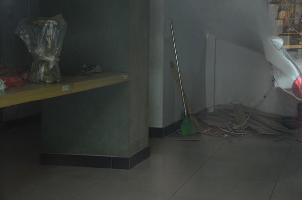 Sau Sài Gòn, hàng loạt cửa hàng món Huế ở Hà Nội đóng cửa không rõ lý do, công nhân bắt đầu tháo dỡ biển hiệu - Ảnh 7.
