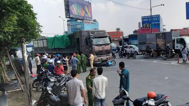 TP. HCM: 2 vợ chồng trẻ bị xe container cán tử vong trên đường đưa con đi học, bé gái 5 tuổi bị thương nặng - Ảnh 1.