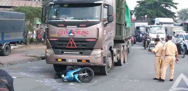 TP. HCM: 2 vợ chồng trẻ bị xe container cán tử vong trên đường đưa con đi học, bé gái 5 tuổi bị thương nặng - Ảnh 2.