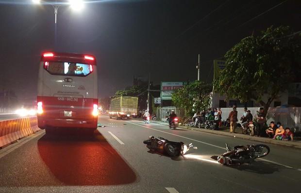 Bình Dương: Hai xe máy tự va quẹt ngã ra đường vì nói chuyện khi lưu thông, người đàn ông bị xe khách cán tử vong - Ảnh 2.