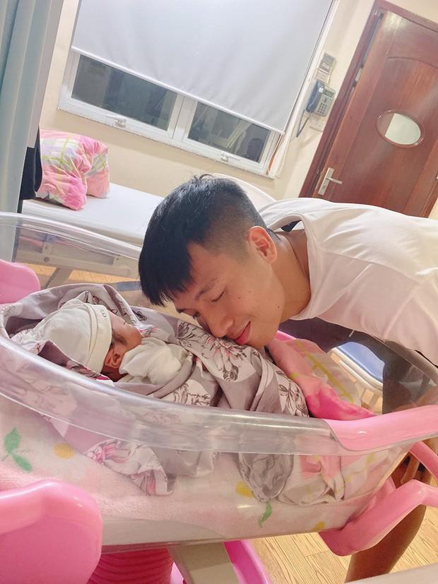 Khánh Linh sinh con gái đầu lòng, vậy là Bùi Tiến Dũng đã lên chức bố rồi! - Ảnh 1.