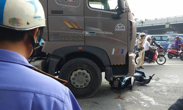 TP. HCM: 2 vợ chồng trẻ bị xe container cán tử vong trên đường đưa con đi học, bé gái 5 tuổi bị thương nặng - Ảnh 3.