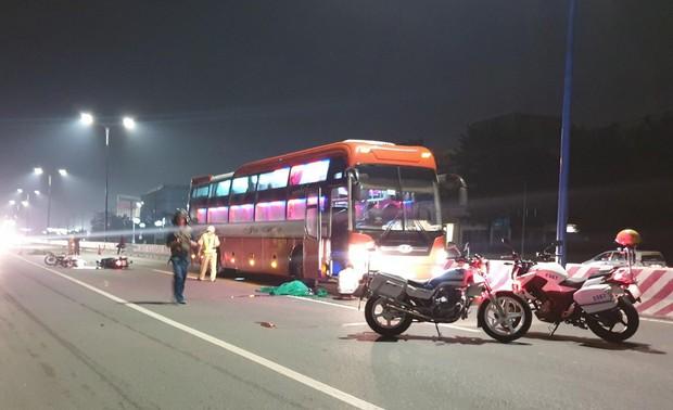 Bình Dương: Hai xe máy tự va quẹt ngã ra đường vì nói chuyện khi lưu thông, người đàn ông bị xe khách cán tử vong - Ảnh 1.