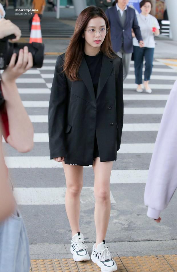 Mix đồ đỉnh là phải thế: Cùng 1 chiếc blazer mà Jennie, Jisoo, Dương Mịch… mỗi người diện 1 kiểu - Ảnh 4.