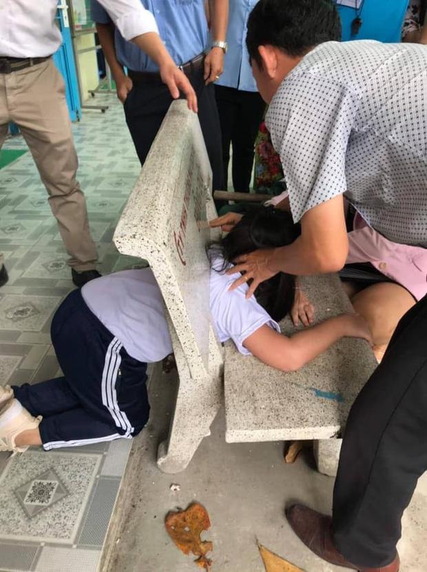 Nữ sinh nghịch dại chui đầu vào ghế đá rồi mắc kẹt ở đấy khiến cả trường xúm vào giải cứu - Ảnh 1.