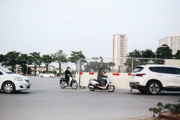 """Hà Nội : Rào chắn thêm tuyến đường Lê Đức Thọ - Lê Quang Đạo phục vụ thi công đường đua F1, người dân lại """"than"""" tắc đường - Ảnh 10."""