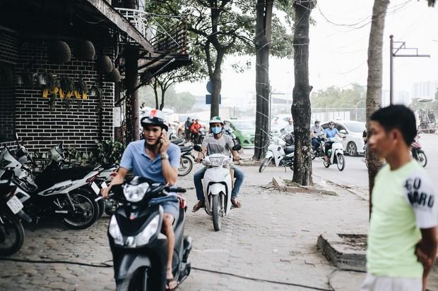 """Hà Nội : Rào chắn thêm tuyến đường Lê Đức Thọ - Lê Quang Đạo phục vụ thi công đường đua F1, người dân lại """"than"""" tắc đường - Ảnh 11."""