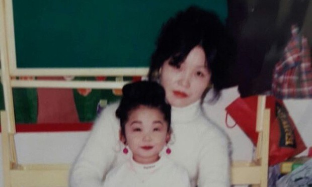 11 idol Kpop là bản sao của bố mẹ: Cha con nhà V (BTS) quá đỉnh, mẹ của mỹ nhân TWICE gây bão vì ảnh hồi trẻ - Ảnh 30.