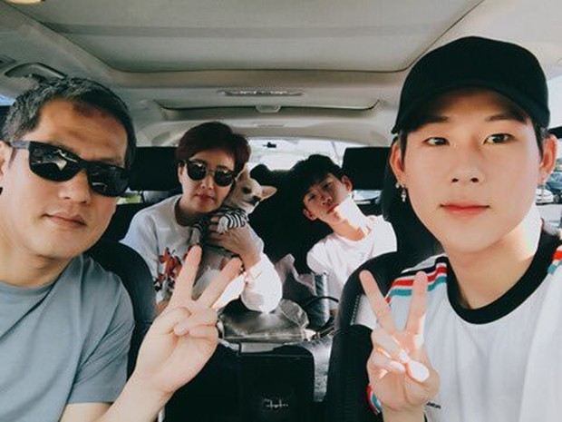 11 idol Kpop là bản sao của bố mẹ: Cha con nhà V (BTS) quá đỉnh, mẹ của mỹ nhân TWICE gây bão vì ảnh hồi trẻ - Ảnh 26.