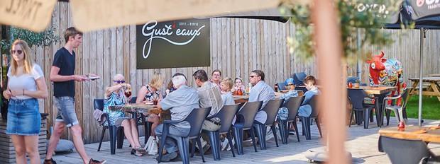 Ôi thật hết hồn: Nhà hàng phục vụ nước uống được tái chế từ bồn cầu khiến thực khách hãi hùng - Ảnh 1.