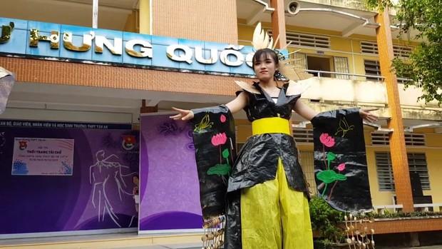 Tự tin trình diễn trang phục tái chế mang phong cách hoàng gia quý tộc, nhóm học sinh cấp 3 bỗng chốc nổi như cồn trên MXH - Ảnh 6.