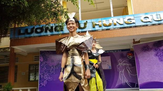 Tự tin trình diễn trang phục tái chế mang phong cách hoàng gia quý tộc, nhóm học sinh cấp 3 bỗng chốc nổi như cồn trên MXH - Ảnh 8.