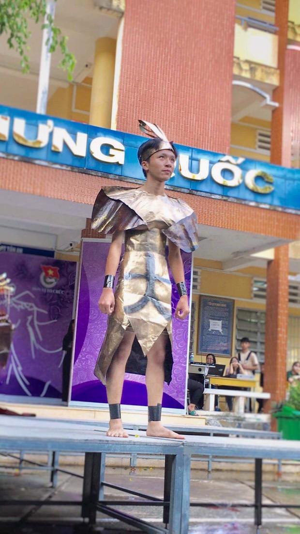Tự tin trình diễn trang phục tái chế mang phong cách hoàng gia quý tộc, nhóm học sinh cấp 3 bỗng chốc nổi như cồn trên MXH - Ảnh 10.