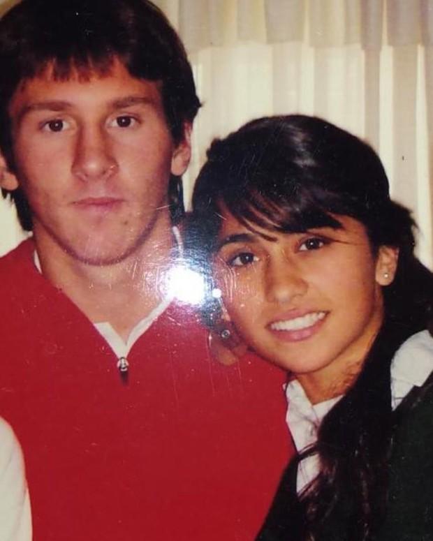 Messi đăng ảnh chụp cùng vợ thời trẻ trâu: Dân mạng tưởng anh muốn dìm hàng nhưng ẩn sau là một bài học về sự chung thủy - Ảnh 1.