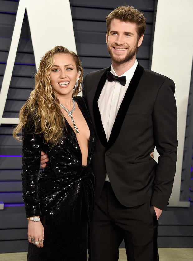 Miley Cyrus tiếp tục gây sốc khi khoe vật nhạy cảm trên sóng livestream, dân tình nghĩ ngay tới Liam Hemsworth - Ảnh 2.