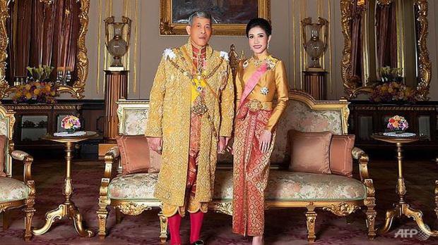 Vừa phế truất Hoàng quý phi, Vua Thái Lan bất ngờ sa thải tướng cận vệ Hoàng gia - Ảnh 2.