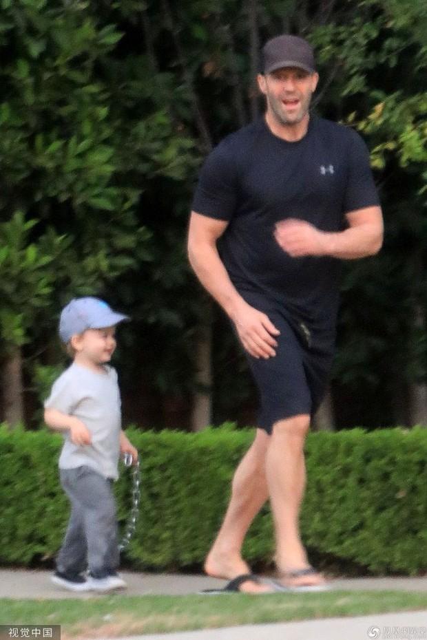 Nam tài tử Người vận chuyển Jason Statham khiến người hâm mộ cười té ghế vì cách đưa con trai đi chơi vô cùng bá đạo - Ảnh 1.