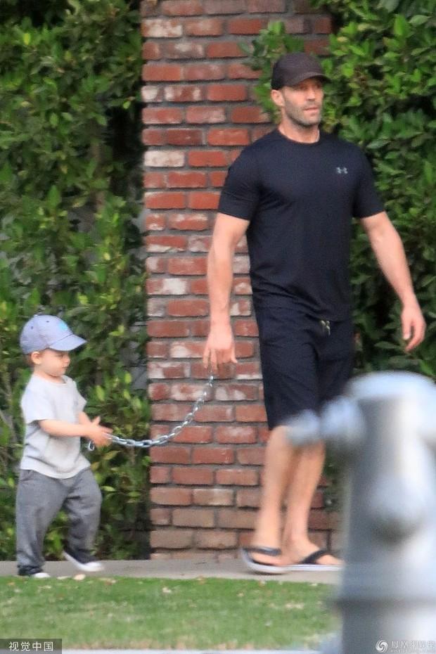 Nam tài tử Người vận chuyển Jason Statham khiến người hâm mộ cười té ghế vì cách đưa con trai đi chơi vô cùng bá đạo - Ảnh 5.