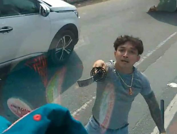 Thanh niên vung kiếm chửi tài xế bị xử phạt hành chính - Ảnh 1.