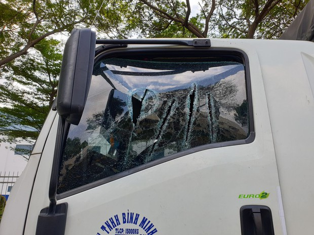 Thanh niên vung kiếm chửi tài xế bị xử phạt hành chính - Ảnh 2.
