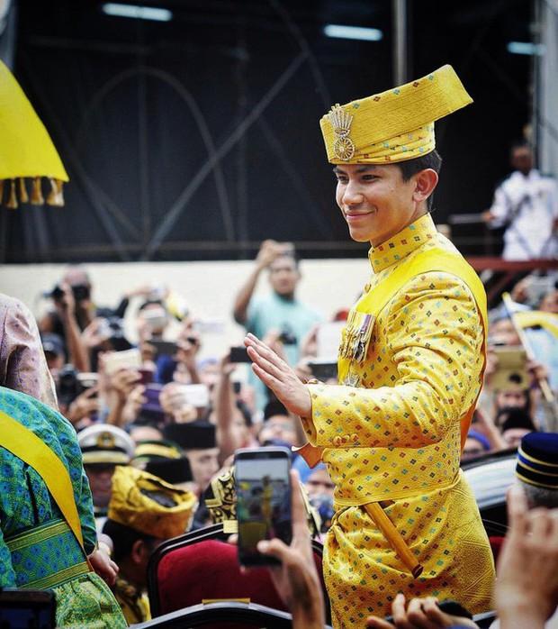 Dân mạng phát sốt với Hoàng tử Brunei lịch lãm trong Lễ đăng quang của Nhật hoàng Naruhito, lý lịch đúng chuẩn đẹp trai, nhà giàu, tài giỏi - Ảnh 11.