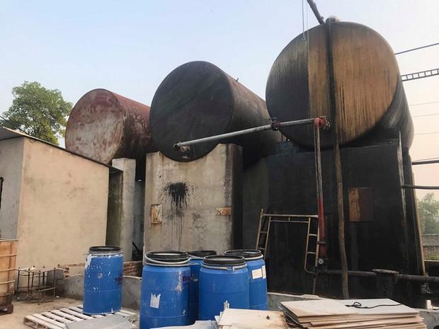 Cận cảnh nơi lưu giữ dầu thải bị tuồn ra đầu độc nước sông Đà của Công ty gốm sứ Thanh Hà - Ảnh 16.