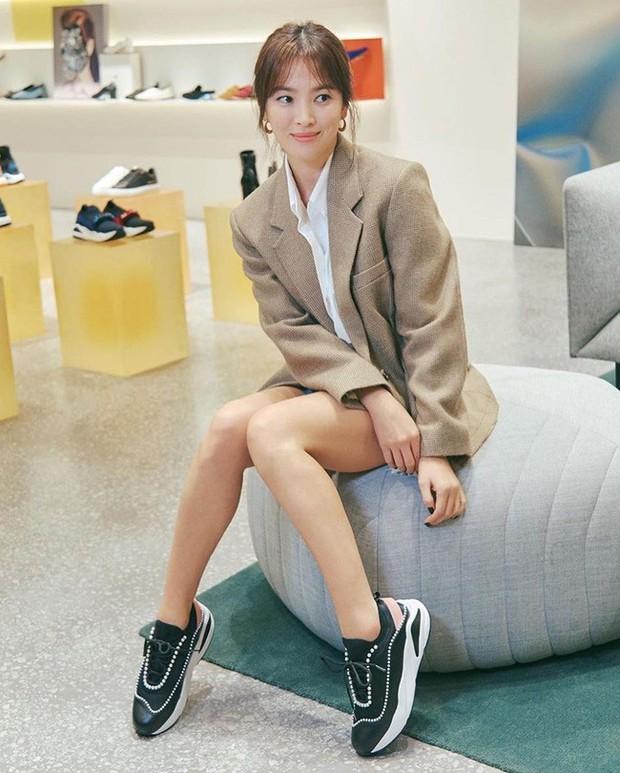 Song Hye Kyo trẻ trung như gái đôi mươi, gây thiện cảm khi tự thiết kế giày ủng hộ quỹ từ thiện - Ảnh 3.