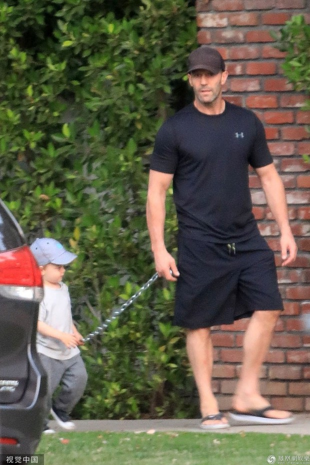 Nam tài tử Người vận chuyển Jason Statham khiến người hâm mộ cười té ghế vì cách đưa con trai đi chơi vô cùng bá đạo - Ảnh 3.