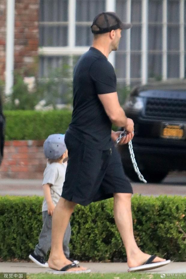 Nam tài tử Người vận chuyển Jason Statham khiến người hâm mộ cười té ghế vì cách đưa con trai đi chơi vô cùng bá đạo - Ảnh 4.
