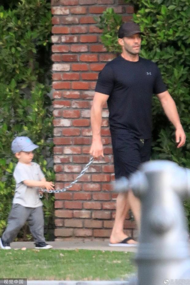 Nam tài tử Người vận chuyển Jason Statham khiến người hâm mộ cười té ghế vì cách đưa con trai đi chơi vô cùng bá đạo - Ảnh 2.