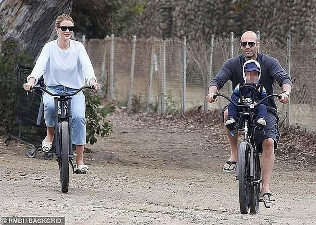 Nam tài tử Người vận chuyển Jason Statham khiến người hâm mộ cười té ghế vì cách đưa con trai đi chơi vô cùng bá đạo - Ảnh 6.